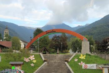 L'arco situato ad Ovaro per segnare l'inizio della salita
